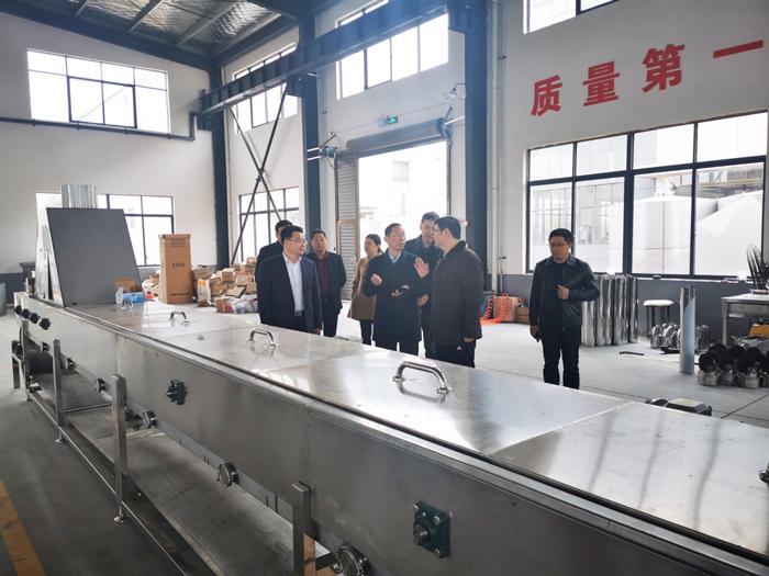4胡顺开董事长陪同杨昶副市长等领导一行人参观设备车间