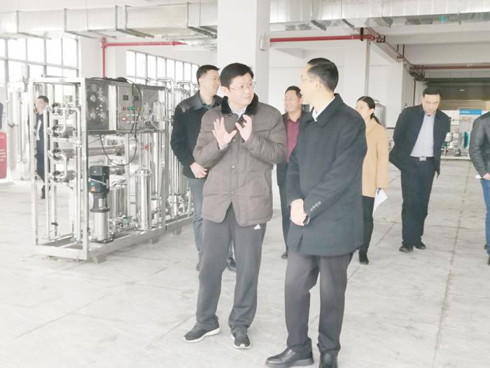 5胡顺开董事长陪同杨昶副市长等领导一行人参观雅大产品陈列馆