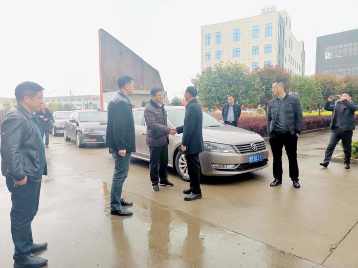 6杨昶副市长与胡顺开董事长亲切交谈