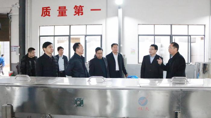 8胡顺开董事长陪同赵立平区长等领导一行人参观设备车间