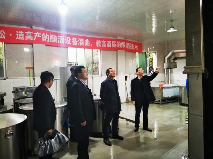 胡顺开董事长陪同赵立平等领导一行人参观酒厂