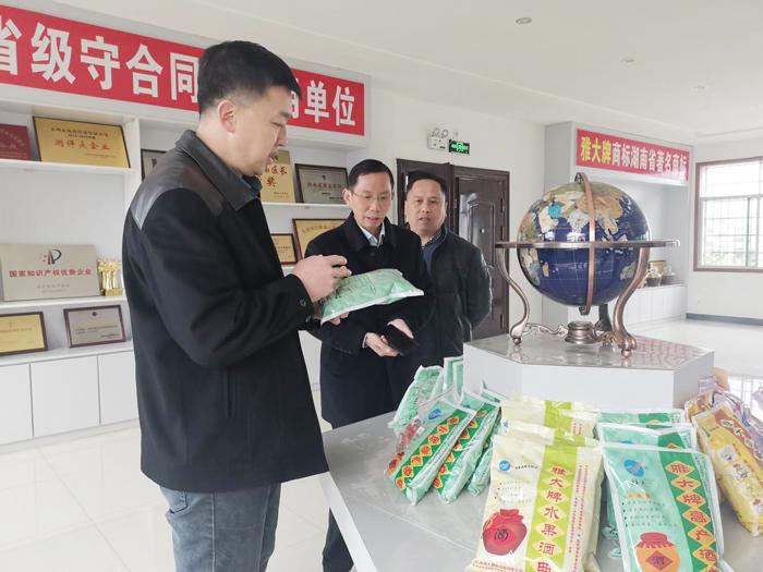 10胡顺开董事长在荣誉展厅向李群辉常委副区长介绍雅大酒曲