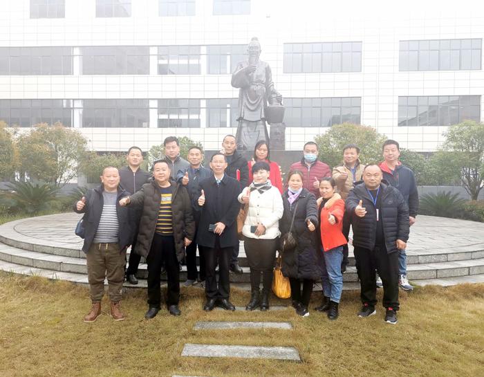 12胡顺开董事长与来自全国各地的酿友亲切合影