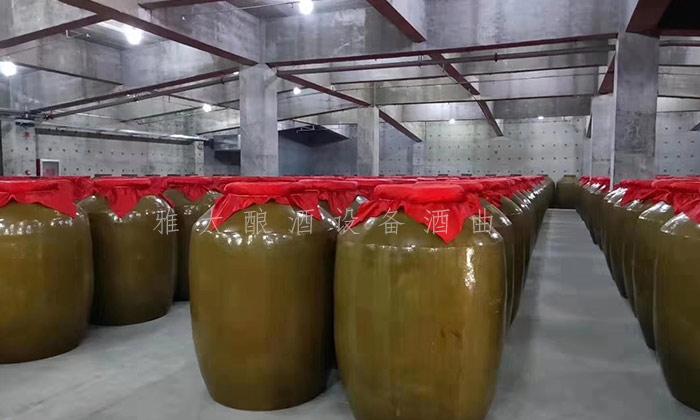 9.4--在雅大高粱酿酒设备厂的协助下,胡家酒坊成功办理小规模生产许可证 存酒车间