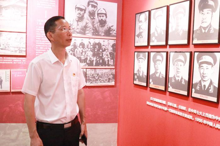 雅大党支部书记胡顺开同志向革命先驱们致敬