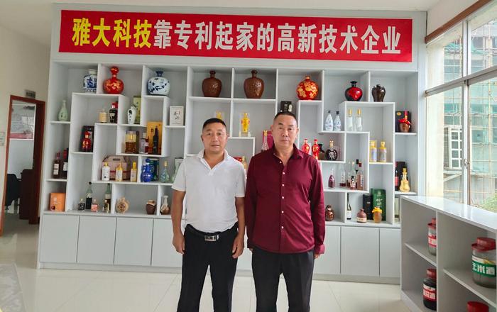 11.30袁总一行人在雅大考察大型酿酒设备
