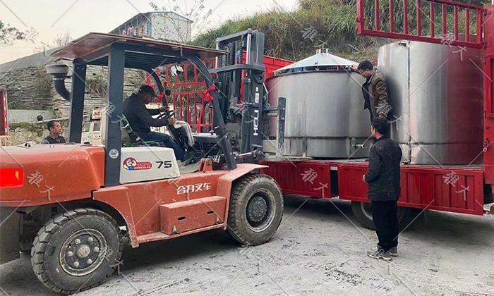 1.29-2000斤大型酿酒设备由专车运到尚源生物
