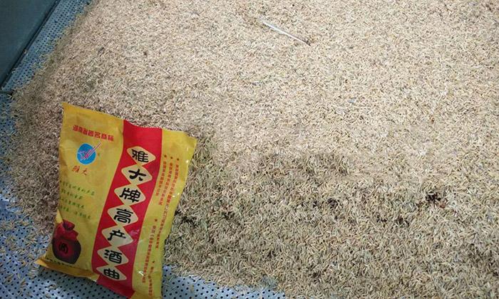 9.17酿造古法高粱酒时加入稻壳