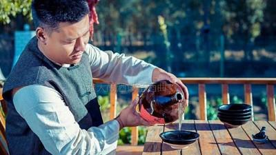 高粱酿酒设备:醉好的生活莫过于兜里有钱,心里有光,杯中有酒
