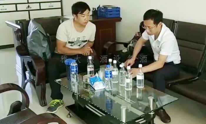 威廉希尔娱乐平台技术蒋总监为李树刚现场品酒,提出酒质改善方案