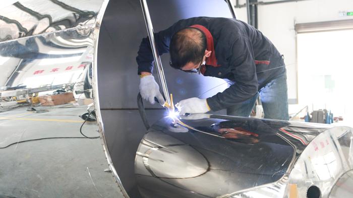 蒋水生同志在认真的焊接不锈钢酿酒设备