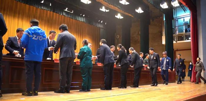 出席领导向受表彰的市劳模、先进工作者颁发荣誉证书